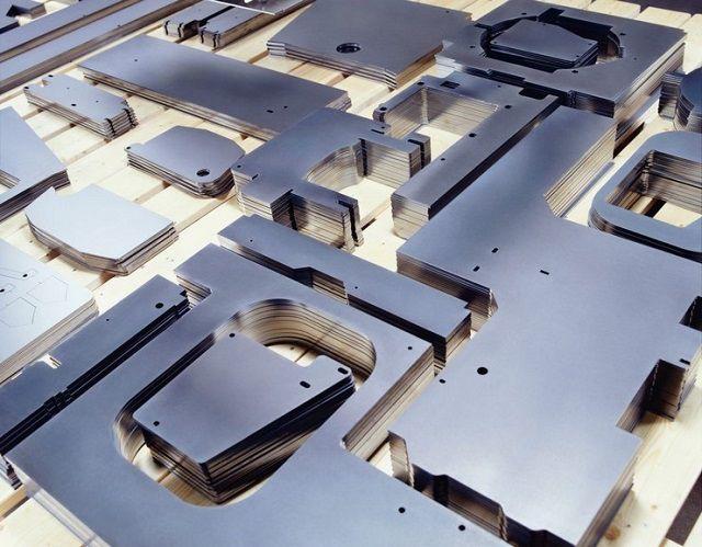 Tiến hành cắt laser trên bề mặt kim loại