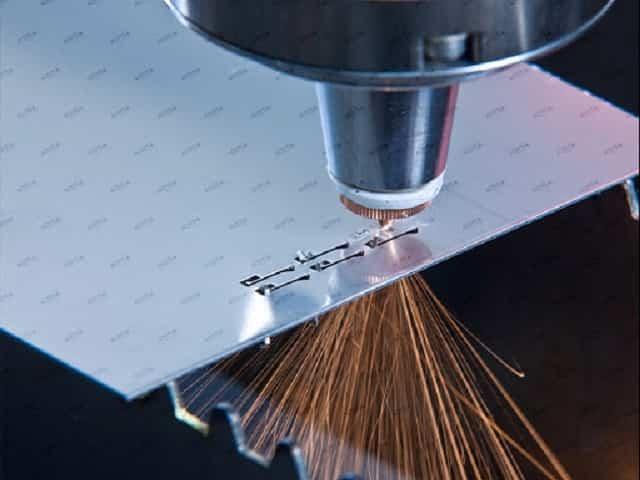 Khắc laser kim loại là công nghệ sử dụng tia laser để in và khắc trên kim loại