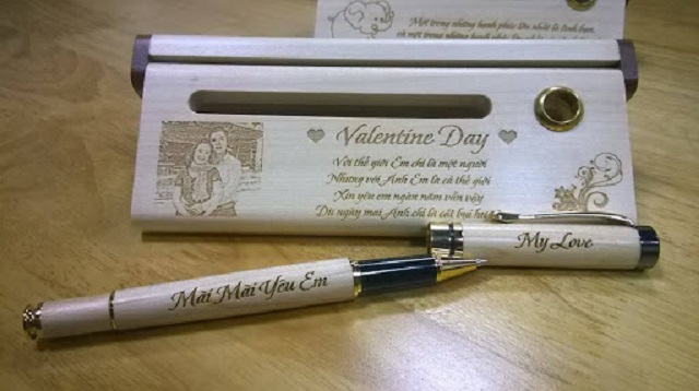 Khắc laser lên bút viết thể hiện sự yêu thương