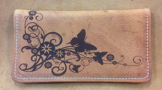 Khắc họa tiết trên ví da tại chi nhánh Thanh Xuân