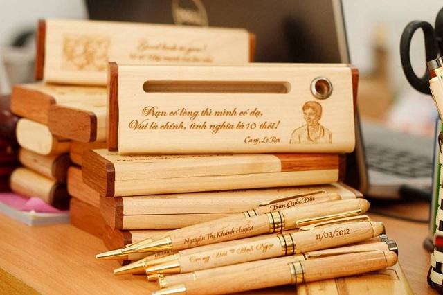 Khắc chữ trên gỗ bằng phương pháp laser