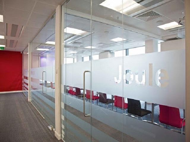 Khắc logo trên cửa kính công ty bằng phương pháp laser