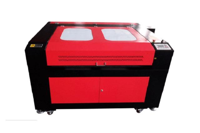 Sử dụng máy cắt laser để tạo ra những họa tiết, hoa văn trên quần áo