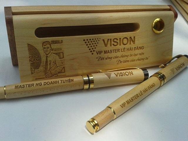 Khắc chữ lên bút gỗ làm quà tặng