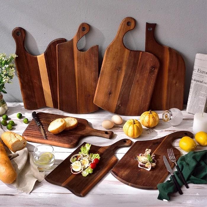 Thớt gỗ dùng để đựng đồ ăn trong nhà hàng