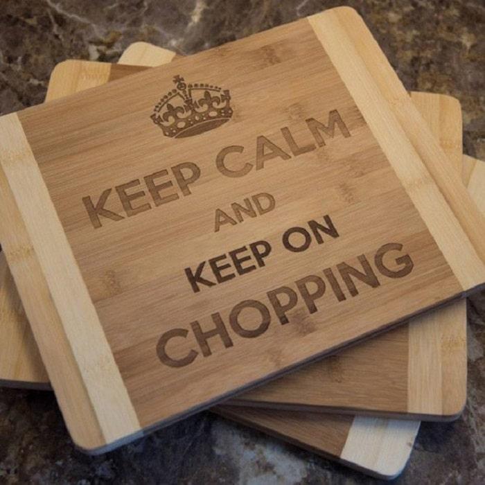 Khắc các câu slogan lên thớt gỗ để làm quà tặng cho khách hàng, bạn bè